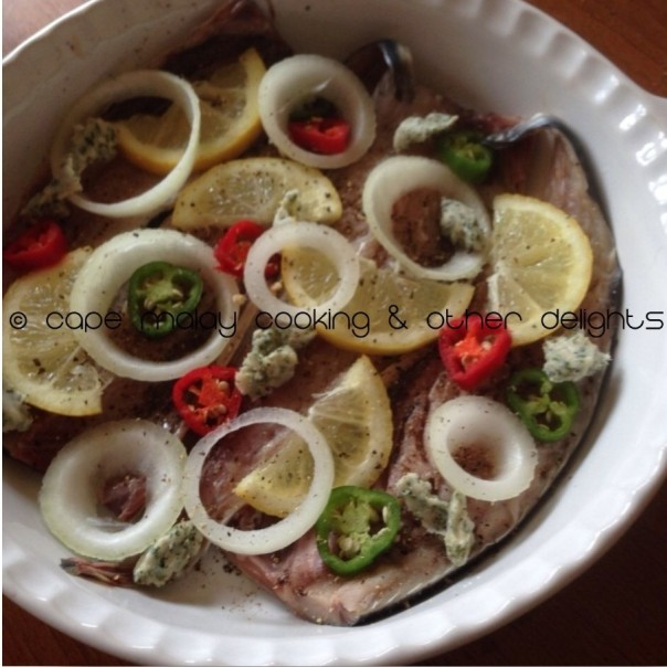 Mackerel with lemon, onion and chilli slices